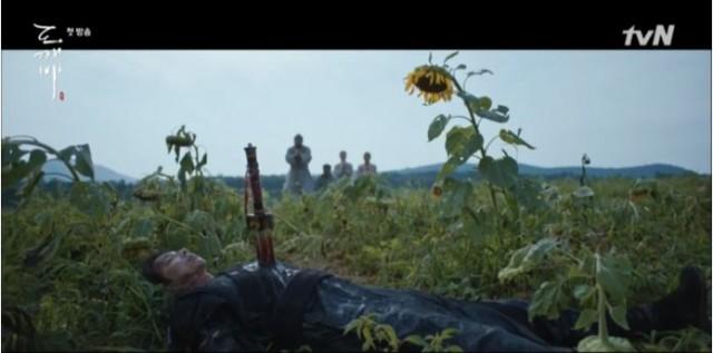 そのままキム・シンは、野原に捨てられました。 民はキム・シンのために願います。