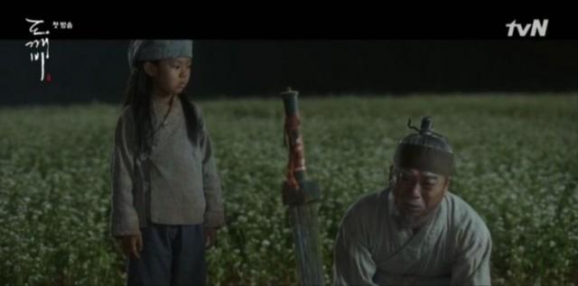 キム・シンが死んだとき、彼を祀った奴婢が孫と一緒にキム・シンが死んだ後も彼のために祈りました。