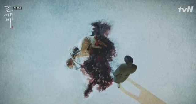 ひき逃げ事故に遭った若い女性が血を流しながら倒れています。