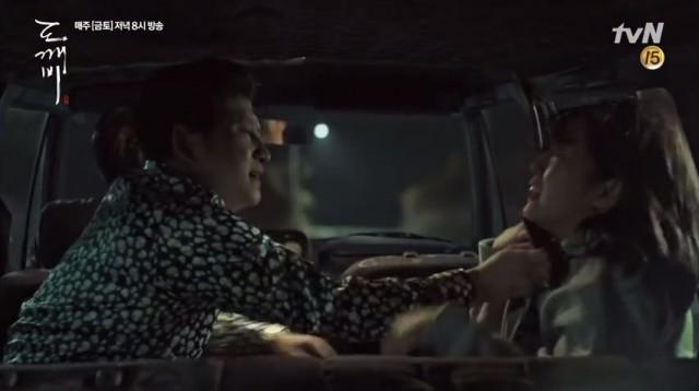 金貸しの男性はウンタクが下校する途中にウンタクを車に乗せて誘拐します。