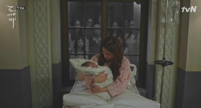 ジ・ヨニはそのあと、かわいい娘をお産して、ジ・ウンタクとなめを付けましたが、 神たちはウンタクの出生を見てトッケビの花嫁が生まれたといいながら驚きます。