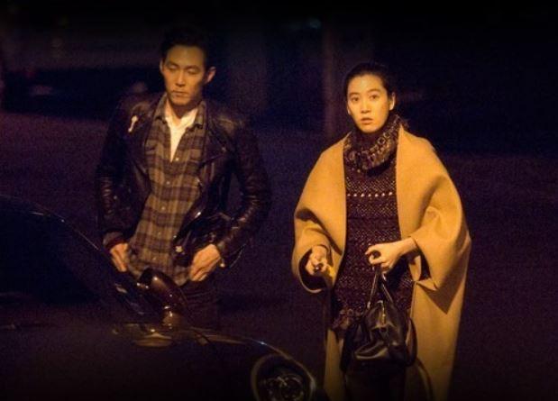 映画俳優イ・ジョンジェとイム・セリョンさんが深夜のデート中一緒に車を乗ろうとしている