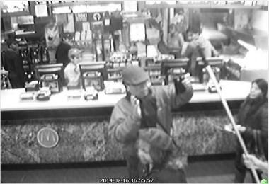 ニューヨーク市クイーンズ・フラッシング地区のマクドナルドで韓国人の男性(60代)を店員がほうきの柄で暴行する場面