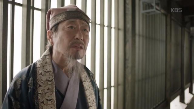 パク・ヨンシル(キム・チャンワン)はソヌ(パク・ソジュン)を訪ねてマクムンの死を語ります。