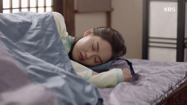 4日間寝ないで自分を看病したアロはぐっすり寝ています