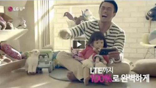 秋山成勲とサランちゃんが韓国のコマーシャルに出演