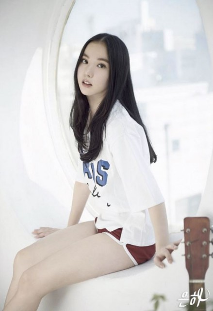 K-pop新人ガールズグループ「ヨジャチング(彼女)」のウンハ